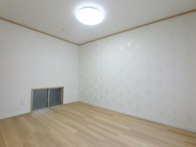 約6帖の洋室です。 こちらのお部屋にも収納付です。