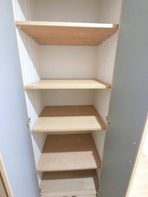 可動棚になっており、高さ調節が可能な収納です。