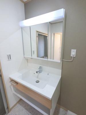 三面鏡付洗面化粧台です。 収納に優れます。