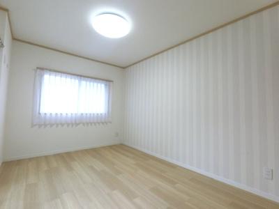 約6帖の洋室です。 広々とした収納がついております。