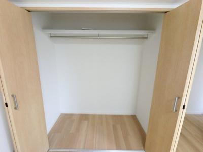 奥行のある広々収納です。 上部に空きスペースもありますので、色々なものを収納できます。