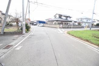 前面道路が広いので車の出し入れがラクラク