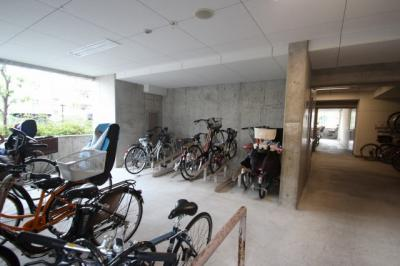駐輪場です。 とても広い駐輪スペースでしたよ♪マンション下なので雨の日もスムーズですね♪