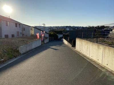 前面幅員6mのゆとりある道路です。