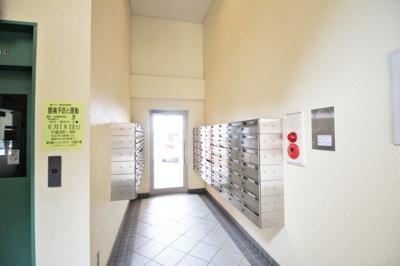 《お部屋情報》朝日が明るい東向きのリビング。LDKの続きに和室があり、間仕切りを開けると約20.3帖のスペースになり、お部屋が広く使えます。