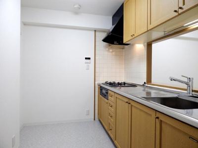 人気の対面式キッチンは床下収納付です!