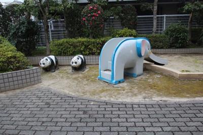 マンション敷地内に可愛い遊具のあるスペースがありました♪ 小さなお子様を安全に遊ばせられますね♪