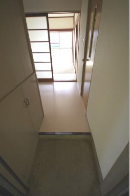 玄関から室内への景観です!玄関を入るとすぐにキッチンスペースがあります☆※参考写真※