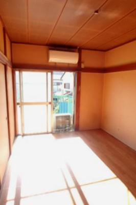 バルコニーに繋がる南西向き洋室6帖のお部屋は風通し・陽当たり良好!エアコン付きで1年中快適に過ごせますね☆