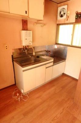 換気のできる窓のあるキッチンはガスコンロ設置可能☆場所を取るお鍋やお皿もたっぷり収納できてお料理がはかどります!