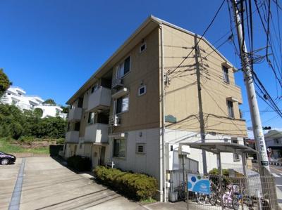 ペットOK♪ワンちゃんと一緒に暮らせる3階建てアパートです♪小学校が近いのでファミリーさんにもおすすめ♪コンビニも近くて便利!