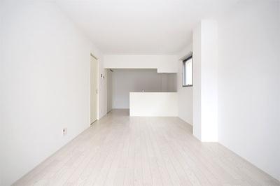 シンプルで洗練された室内、全室ダウンライト完備