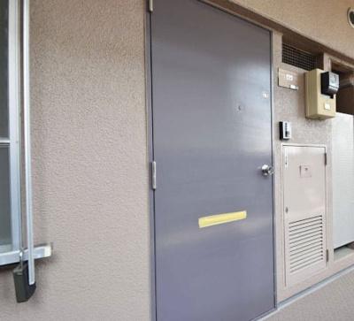共用側の玄関ドアーです