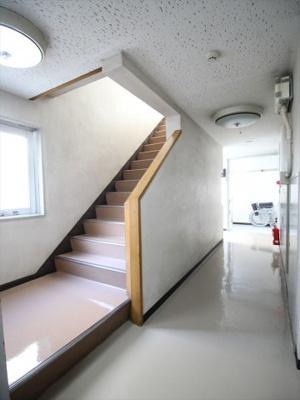 幅広めの綺麗な階段です