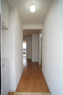 玄関から室内への景観です!右手に洗面台、正面にダイニングキッチンがあります★