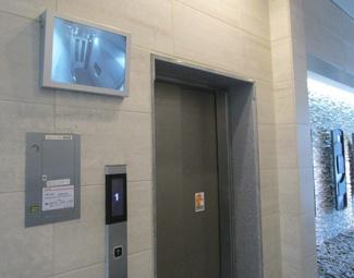 エレベーター内を映すモニター付き