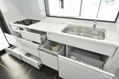 収納たっぷりなシステムキッチンは中までホーローのため、汚れやカビの心配もいりません!