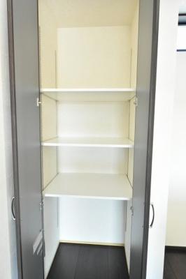 キッチン横のパントリーも人気!高さが変えられる可動棚付で便利です。