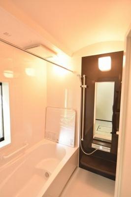 タカラの耐震システムバス、高品位ホーロー壁パネルで毎日のお手入れもラクラク♪ 浴室換気乾燥暖房機も標準装備です。