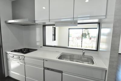 タカラの高品位ホーローシステムキッチンは油汚れや湿気、キズに強いのでお手入れラクラク♪食器洗浄乾燥機も標準装備で忙しい家事の強い味方に!