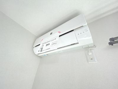 トイレ横にある室内洗濯機置き場です♪室内に置けるので洗濯機が傷みにくい☆