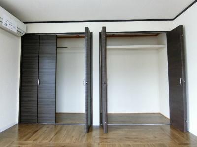 洋室7.5帖のお部屋にあるクローゼット(左)と収納スペース(右)です!高さや長さのあるお荷物もすっきり収納できますね♪お洋服はハンガー掛けができます♪