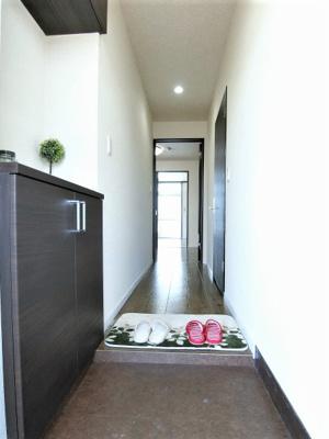 玄関から室内への景観です!右手に洗面所、正面にリビングダイニングキッチンがあります★