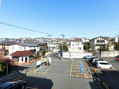 バルコニーからの眺望です♪目の前は駐車場になっていて視界を遮る建物がありません☆