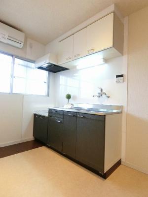 換気のできる窓のあるキッチンはガスコンロ設置可能☆場所を取るお鍋やお皿もすっきり収納できてお料理がはかどります!自炊生活で楽しく健康に!