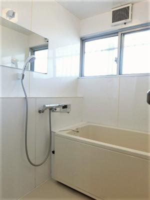 家族の入浴時間がずれても温められる追い焚き機能付きのバスルーム☆浴室には窓があるので湿気対策OK!お風呂に浸かって一日の疲れもすっきりリフレッシュ♪