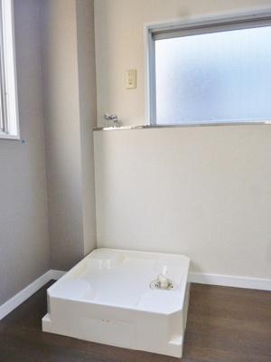 ダイニングキッチンにある室内洗濯機置き場です♪防水パンが付いているので万が一の漏水にも安心です!