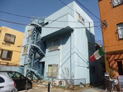 小田急線「生田」駅より徒歩7分!コンビニやドラッグストアも近くて便利な立地の3階建てマンション♪1フロア2住戸で快適に暮らせます☆