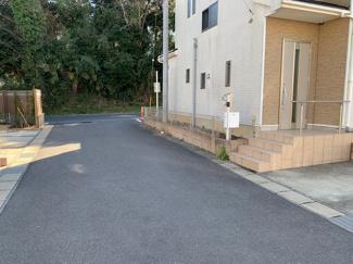 千葉市緑区土気町 広い道路の為、安全に駐車できます。