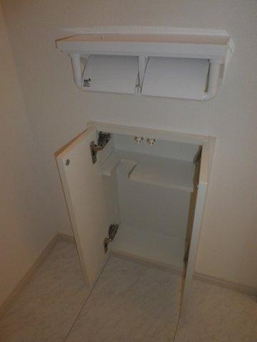 トイレ壁埋め込み収納付きです!