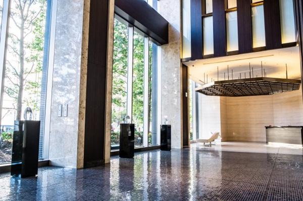【エントランス】伸びやかなガラスカーテンウォールとエッチングガラスを用いた光壁で演出された2層吹抜のグランドエントランス。