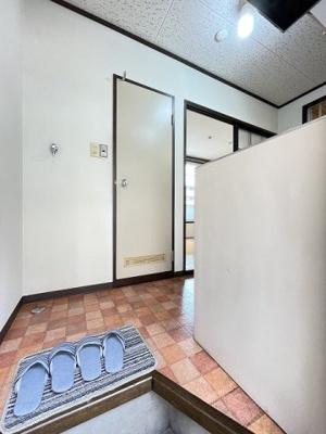玄関から室内への景観です!キッチンの奥に洋室5.5帖のお部屋があります♪