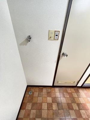 玄関を入ってすぐ前にある室内洗濯機置き場です♪室内に置けるので洗濯機が傷みにくい☆