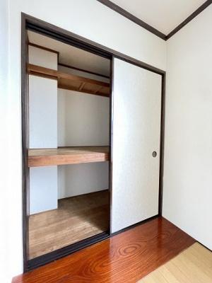 洋室5.5帖のお部屋にある収納スペースです!お部屋がすっきり片付いて快適に!