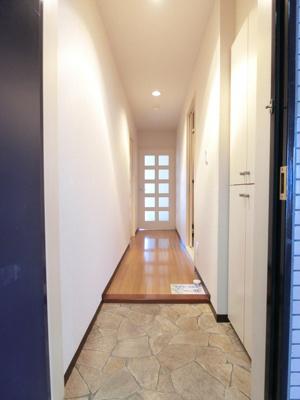 玄関から室内への景観です!右手に水廻り設備、左手に洋室5帖のお部屋があります★