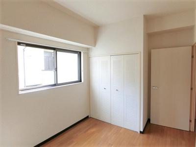 クローゼットのある洋室5帖のお部屋です!お洋服の多い方もお部屋が片付いて快適に過ごせますね♪