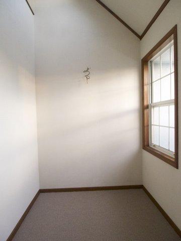 洋室に面した納戸です!吹き抜けで明るいです!