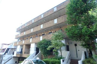 小田急線「五月台」駅より徒歩5分!駅前はスーパー・コンビニ・ドラッグストアがあり便利な立地の4階建てマンションです♪