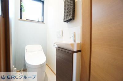 ゆったりとした空間のトイレが2ヶ所あり、込み合う時間でも問題ありません。同社施工例