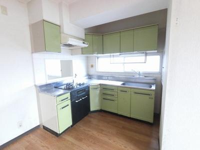 家事効率の良いシステムキッチン 3口ガスコンロ・窓が有り換気もできます。