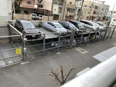 マンション敷地内に立体駐車場がございます。