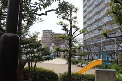 マンション敷地内に遊具のある公園がございます。 自宅バルコニーからも見えますので、お子様が遊んでいる様子も見れ安心ですね♪
