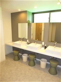 キレイな女性シャワールーム洗面台。シェアハウス本厚木