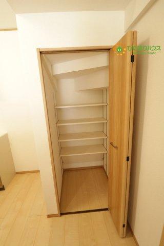 階段下のデッドスペースは収納スペースになっております!!