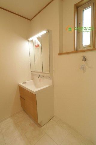 鏡の後ろは収納棚!!散らかりがちな洗面所もスッキリ見せてくれます!!
