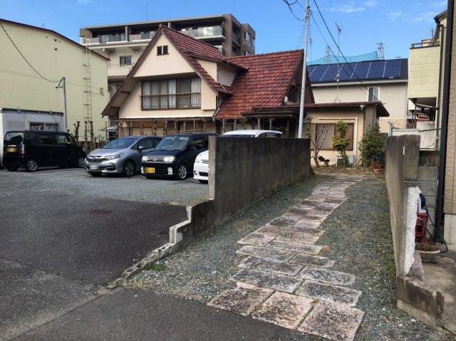旗竿地になります。古家前面の敷地は、月極駐車場になっています。